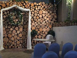 solid log feature wall with marble table